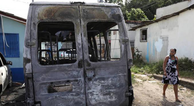 Veículo queimado após ataque de facção criminosa em Manaus