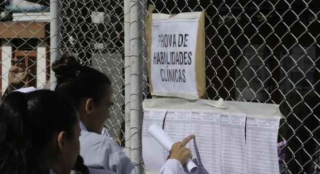 Candidato consulta Revalida, exame para médicos formados no exterior