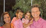 Michel Teló e Thais Fersoza celebraram a virada do ano junto com os filhos