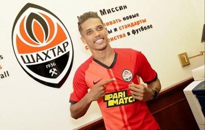 Revelado pelo Corinthians, o meia-atacante Pedrinho deixou o Benfica e acertou com o Shakhtar Donetsk. O clube ucraniano pagou 18 milhões de euros (cerca de R$ 110 milhões) para tirá-lo dos Encarnados.