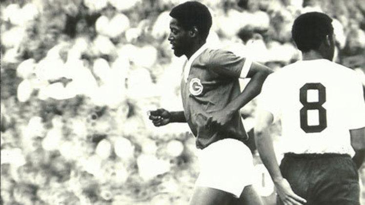 Revelado pelo Noroeste no início da década de 1970, Washington ganhou destaque e foi comparado a Pelé, devido ao bom futebol e à semelhança física. Ao longo da carreira, defendeu o Guarani, o Corinthians e o Vitória. Washington faleceu em 2010, aos 57 anos