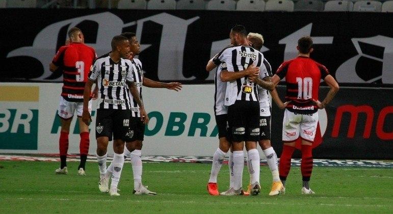 Jogadores do Atlético-MG comemoram gol de Junior Alonso contra o Atlético-GO