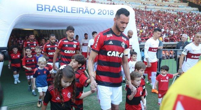 Réver atuou no 1º turno e Flamengo terá que pagar R$ 1 milhão por descumprimento de contrato com o Inter Crédito: Gilvan de Souza / Flamengo / Divulgação / CP memória