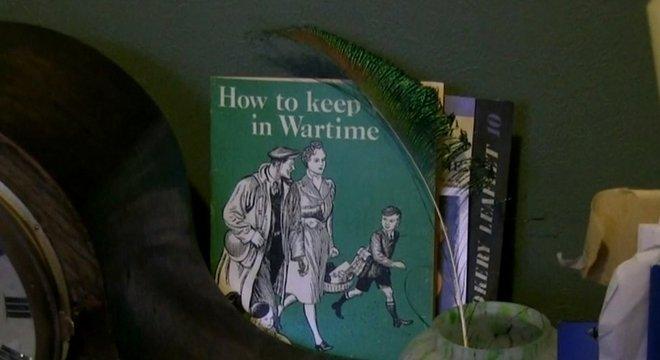 Na casa deles, é possível encontrar revistas inglesas sobre como sobreviver em tempos de guerra.