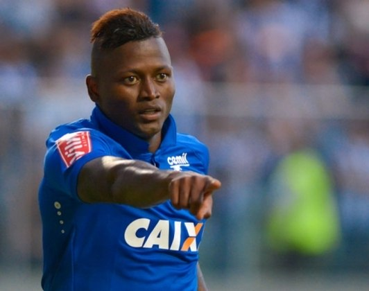 Riascos: o atacante obteve uma vitória parcial na Justiça e conseguiu a rescisão do Cruzeiro. Posteriormente, o atleta foi condenado a pagar R$ 2,2 milhões para a Raposa.