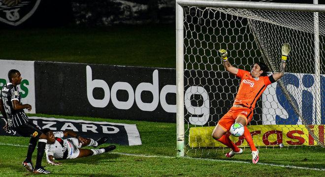 Ribamar também acertou o travessão do goleiro Cássio no segundo tempo no Rio