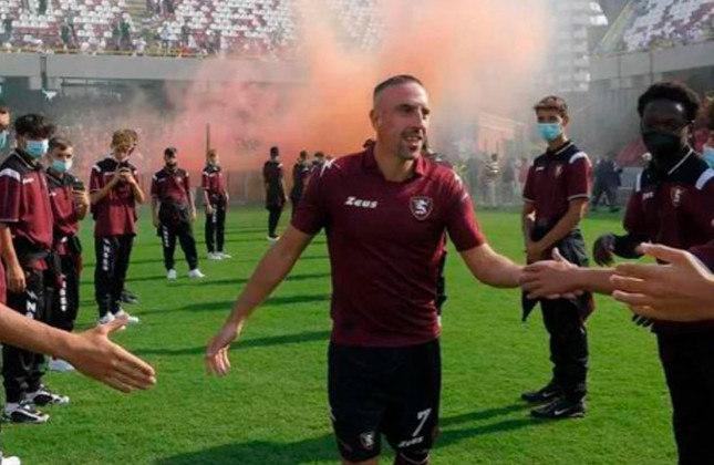 Ribery: melhor jogador da Europa em 2012-2013 e ídolo do Bayern de Munique, Ribery acertou com a recém-promovida Salernitana, da primeira divisão italiana.