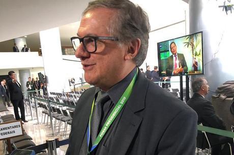 Velez mandou investigar alteração em edital do MEC