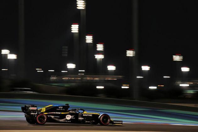Ricciardo desfila na noite de Sakhir.