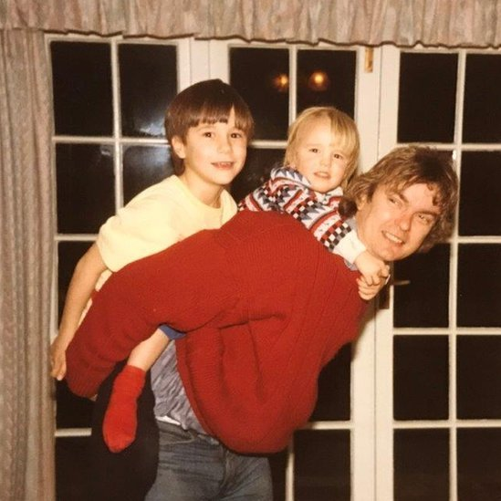 Richard com os filhos, que hoje defendem a libertação da mãe da prisão
