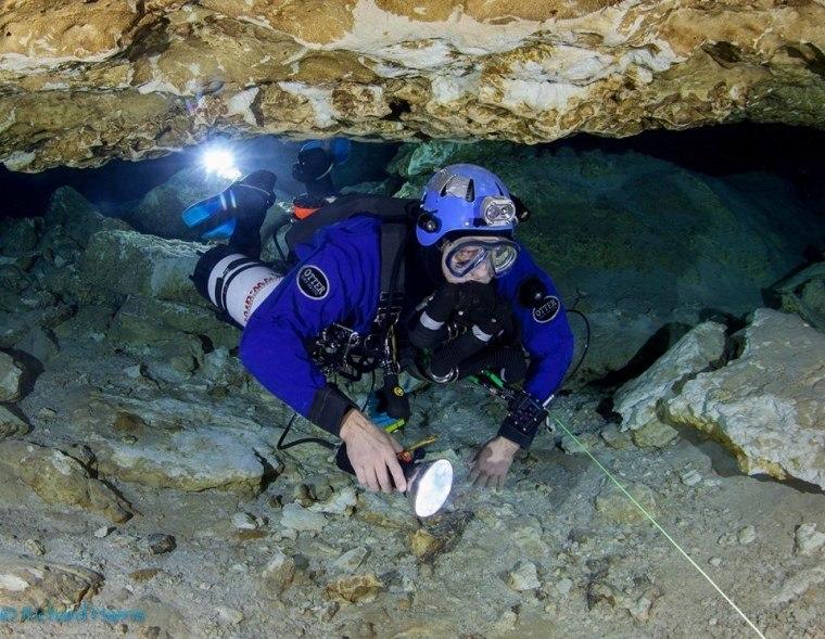 Mergulhador descobre morte do pai após fim do resgate na Tailândia