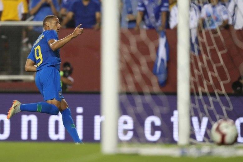 ... Richarlison estreou como titular na seleção brasileira e aproveitou a  chance ... 729df6aa565fb