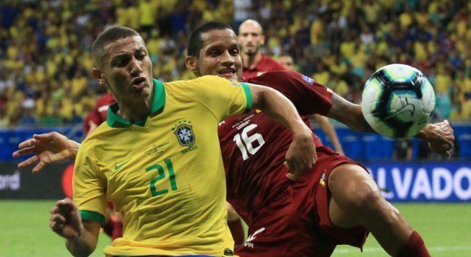 Richarlison brigou bastante, mas não conseguiu o gol no Brasil x Venezuela