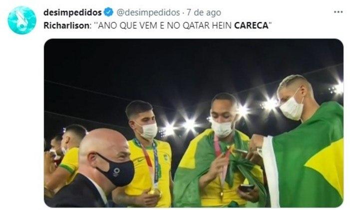 Richarlison chamando o presidente da Fifa de careca durante a cerimônia de entrega das medalhas do futebol masculino.