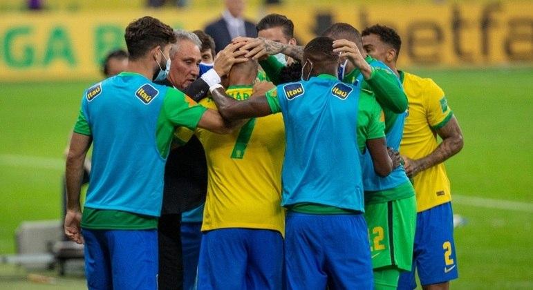 A união dos jogadores com Tite na comemoração. Contra o presidente Caboclo