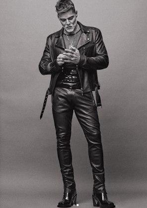 Ricky Martin é capa de recheio da revista inglesaSchön!. Aos 49 anos, o cantor porto-riquenho foi convidado para estrelar um ensaio fotográfico ousado em comemoração aos 30 anos de carreira
