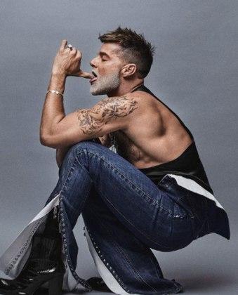 Em outras, o cantor apareceu fazendo poses e ostentando looks de couro e calças com a boca larga
