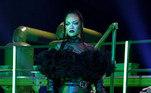 Com a direção deAlex Rudzinski andSandrine Orabona, a mistura de desfile e concerto é comandada por Rihanna, que entra para a roda de artistas pop que se revelam notáveis empresárias