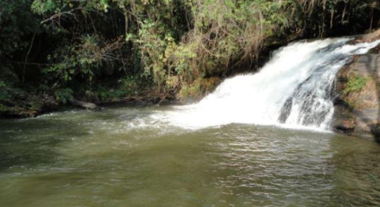 Bombeiros procuram criança de 2 anos que caiu no rio Cachoeira, em Piracaia (SP)