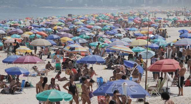 Praia de Ipanema ficou cheia nesta sexta-feira