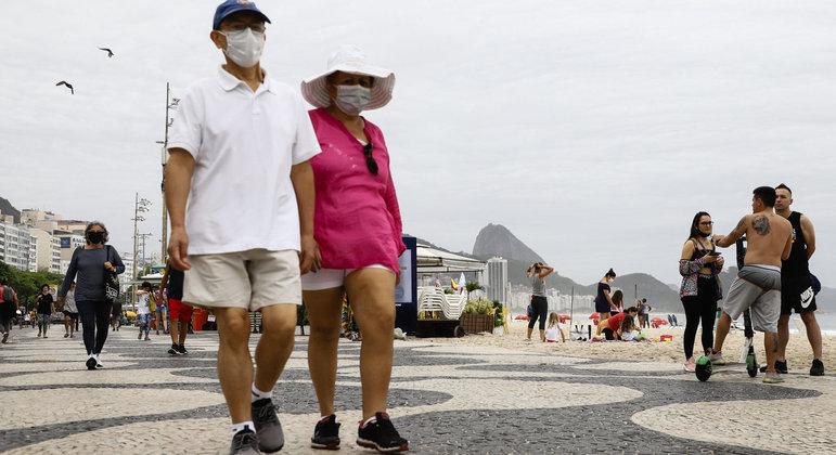 Brasil tem 12 semanas seguidas com queda de mortes por covid