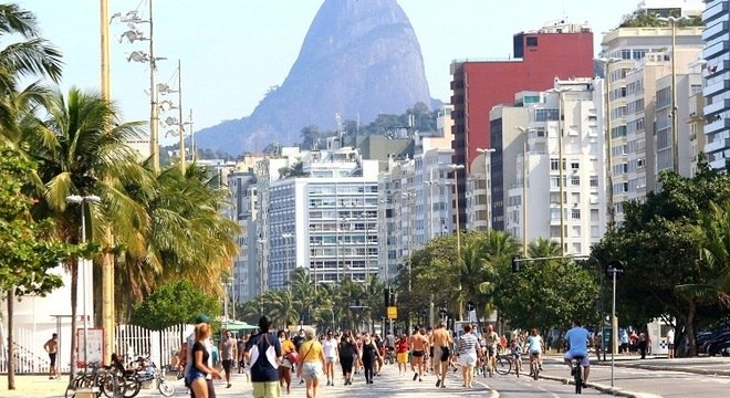Avenida Atlântica reaberta na praia do Leme