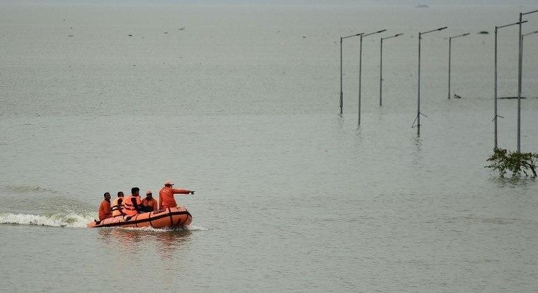 Equipes de resgate navegam no rio Ganges que está acima de seu nível normal