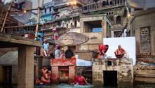 Bebê é encontrada viva em caixa no rio Ganges, na Índia
