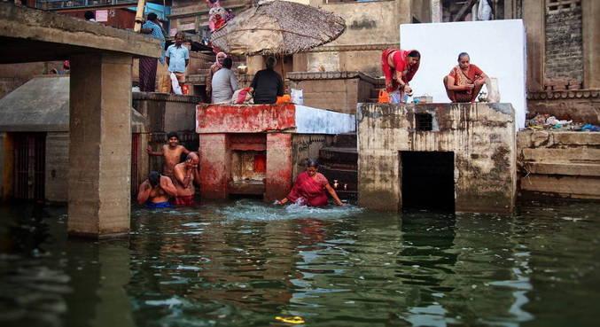 Bebê foi encontrada em caixa no rio Ganges, na Índia