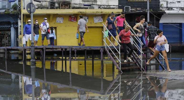 Moradores enfrentam ruas alagadas e lixo acumulado na região central da cidade de Manaus (AM)