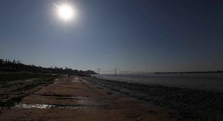 Argentina registra queda histórica do nível da água do rio Paraná