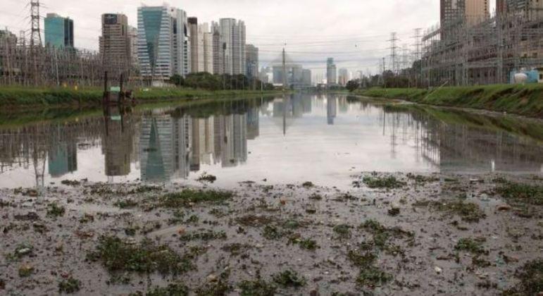 Detritos, esgoto e lixo foram lançados no rio Pinheiros ao longo do tempo