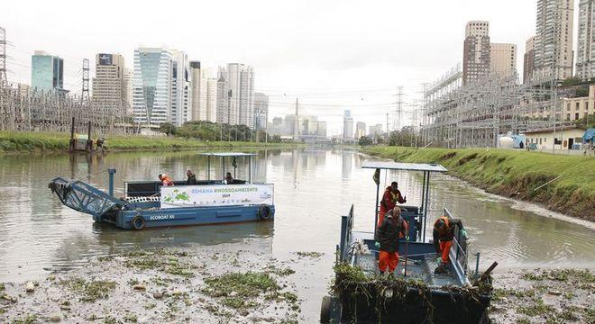 Testes barcos coletores de resíduos flutuantes no Rio Pinheiros, em SP