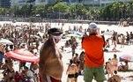 Muitos banhistas estiveram naPraia do Arpoador, ocupando as areias apesar da determinação da gestão municipal
