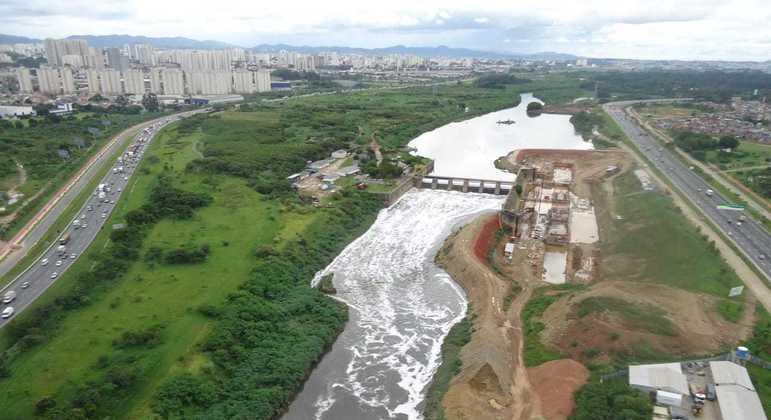Barragem da Penha e o rio Tietê na zona leste de São Paulo
