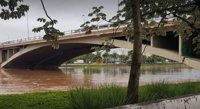 Homem, ainda não identificado, foi encontrado no Rio Tietê nesta segunda (7)