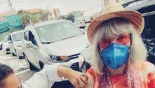 Rita Lee, de 73 anos, é vacinada contra covid-19 em SP: 'Xô, corona'