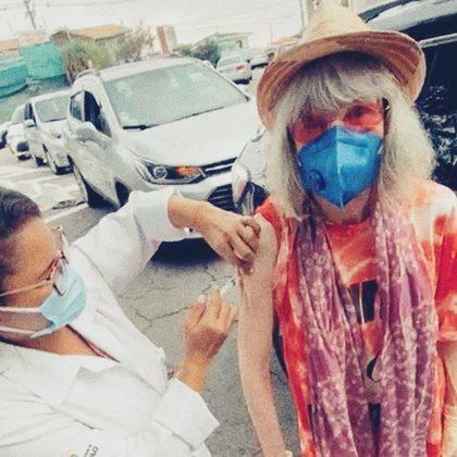 Rita Lee, de 73 anos, recebeu a primeira dose da vacina contra a covid-19, no dia 19 de março, em São Paulo. O momento em que a cantora veterana recebe o imunizante foi compartilhado por meio das redes sociais.