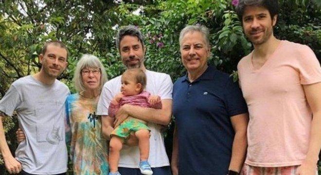 A 'vovó Rita Lee  ao lado dos três filhos, do marido e do neto