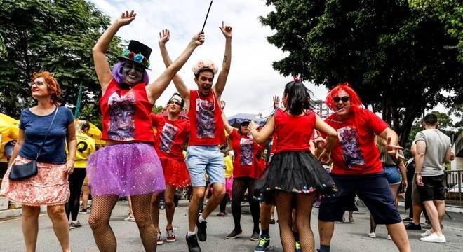 Foliões se divertem no bloco Ritaleena, em Santana, na zona norte de São Paulo