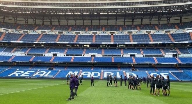 Comissão técnica e jogadores do River Plate no gramado do Santiago Bernabéu 6d5f7ddbdcfef