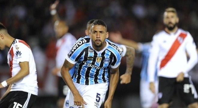 Michel corre para comemorar gol da vitória gremista sobre o River Plate