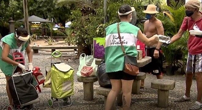 Moradoras da zona sul do Rio distribuem quentinhas para sem teto