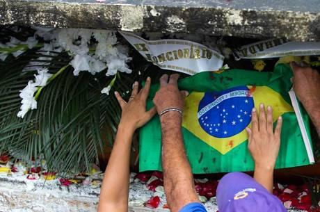 Familiares e amigos no enterro de Santos Rosa