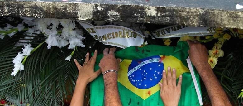 Familiares e amigos no enterro do músico Evaldo dos Santos Rosa