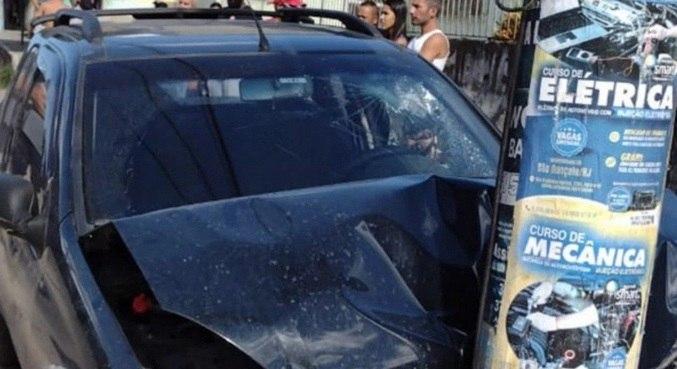 Ladrão de carro perdeu controle, atropelou mulher e bateu em poste em perseguição
