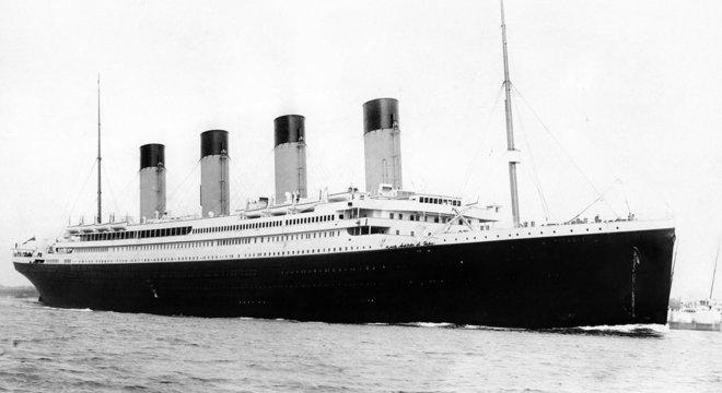 O RMS Titanic partindo de Southampton em 10 de abril de 1912