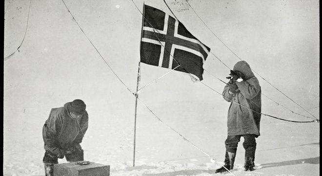 Roald Amundsen (à direita) e a bandeira da Noruega