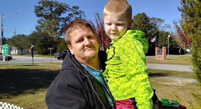 Morador do Alabama, Robert Lee diz estar disposto a sair de casa armado pra defender a família e o bairro de saques e depredações
