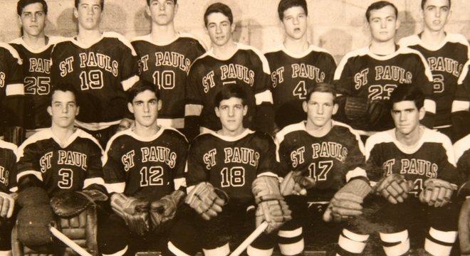 Robert Mueller em foto do time de hóquei da escola, em 1962; ele usa a camisa de númeo 12, e está ao lado do ex-secretário de Estado John Kerry, número 18